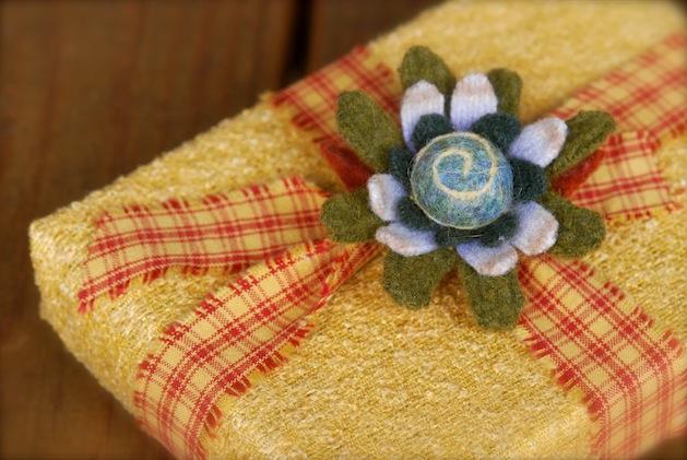 mossymossy_felt_flower_gift_topper.jpg