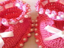 gift presents for newborn: beautiful booties, free crochet pattern