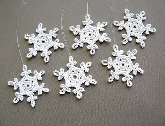 6 Christmas Ornaments -- Small Crochet Snowflake T57, in White