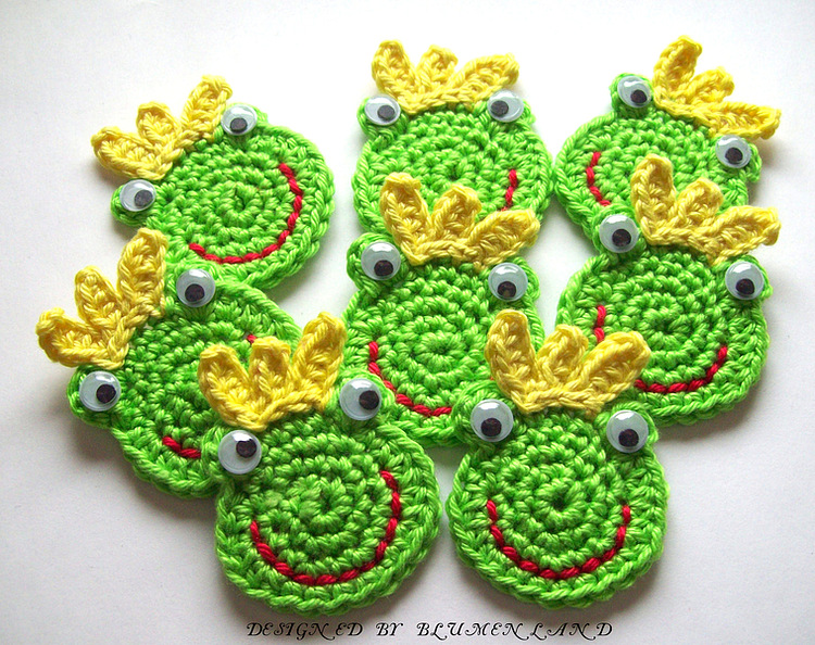Вязаные модели лягушек.
