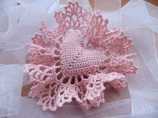 http://make-handmade.com/wp-content/uploads/2012/01/valentine-handmade-gifts-sweet-crocheted-heart-tutorial-make-handmade-26290815069_590b2980c4_z.jpg